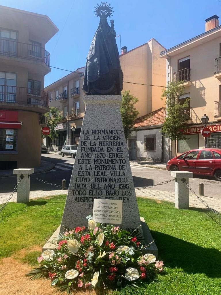 MONUMENTO EN EL 25 ANIVERSARIO DE LA CORONACION 2jpg